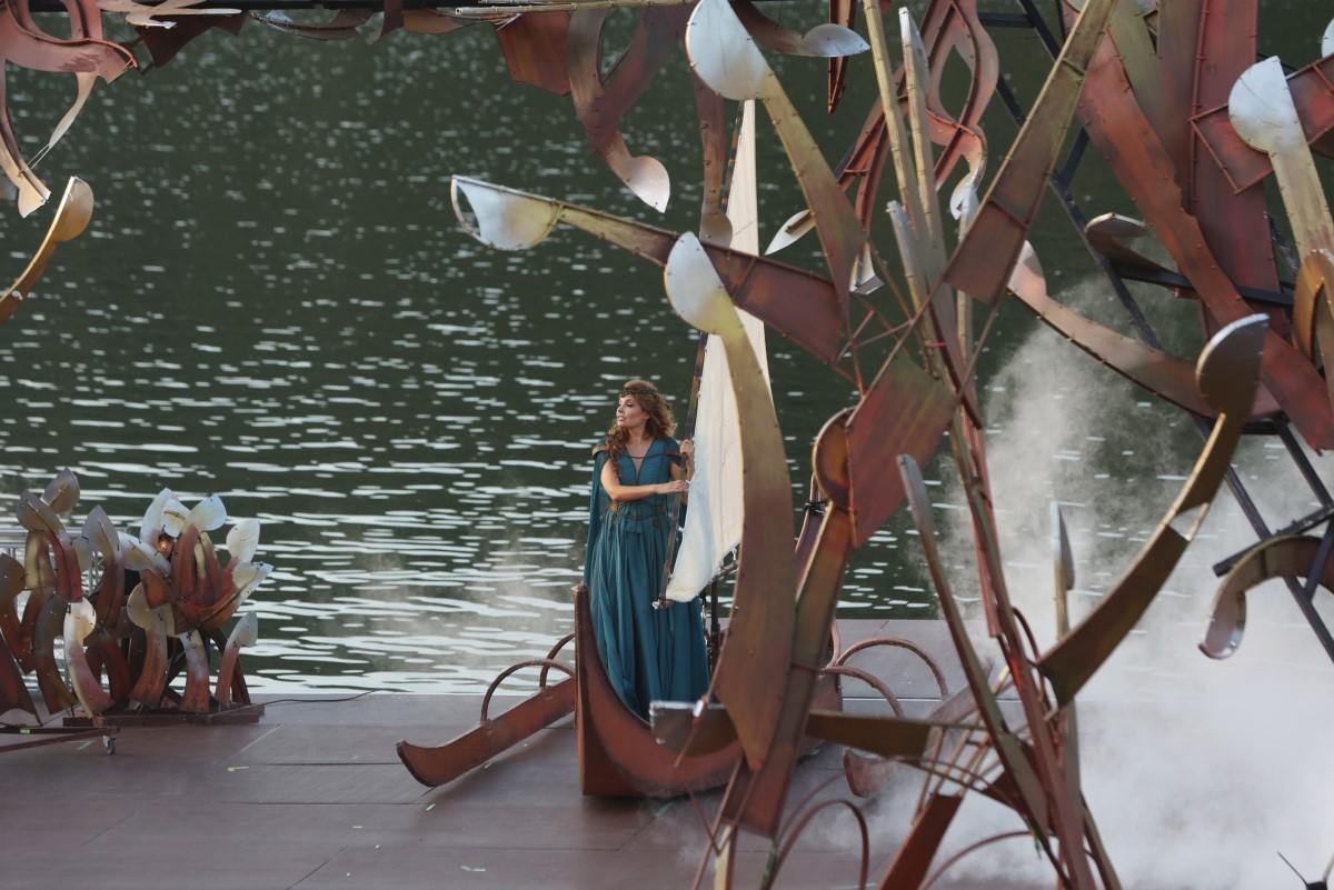 Photo: Жената от езерото